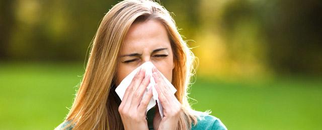 Ограничьте ношение цветных контактных линз для глаз при сниженном иммунитете