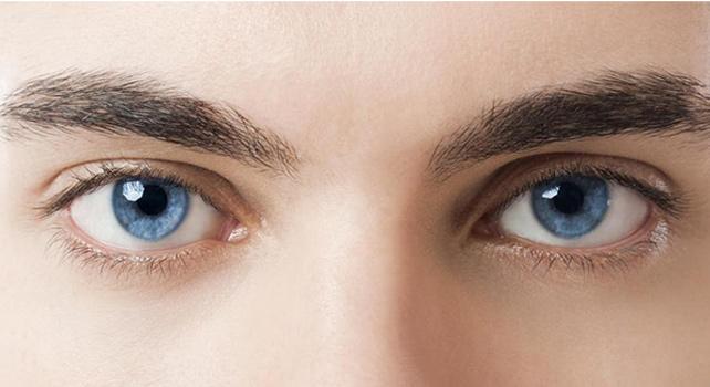 Голубые глаза с помощью линз