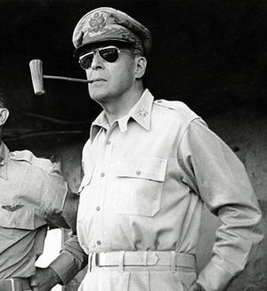 Генерал Дуглас Макартур в очках авиатор